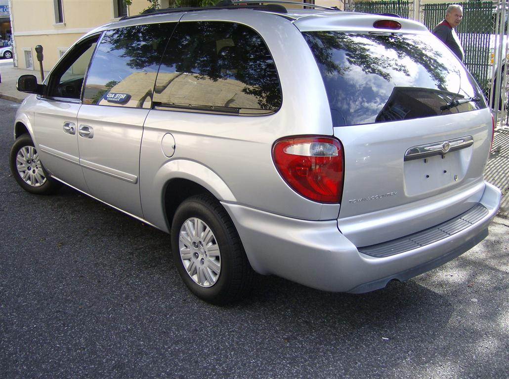 offers used car for sale 2005 chrysler town country minivan lx 5 590. Black Bedroom Furniture Sets. Home Design Ideas
