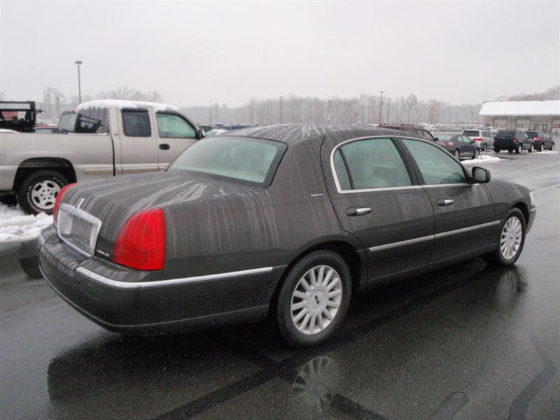 offers used car for sale 2005 lincoln town car signature sedan 7 990. Black Bedroom Furniture Sets. Home Design Ideas