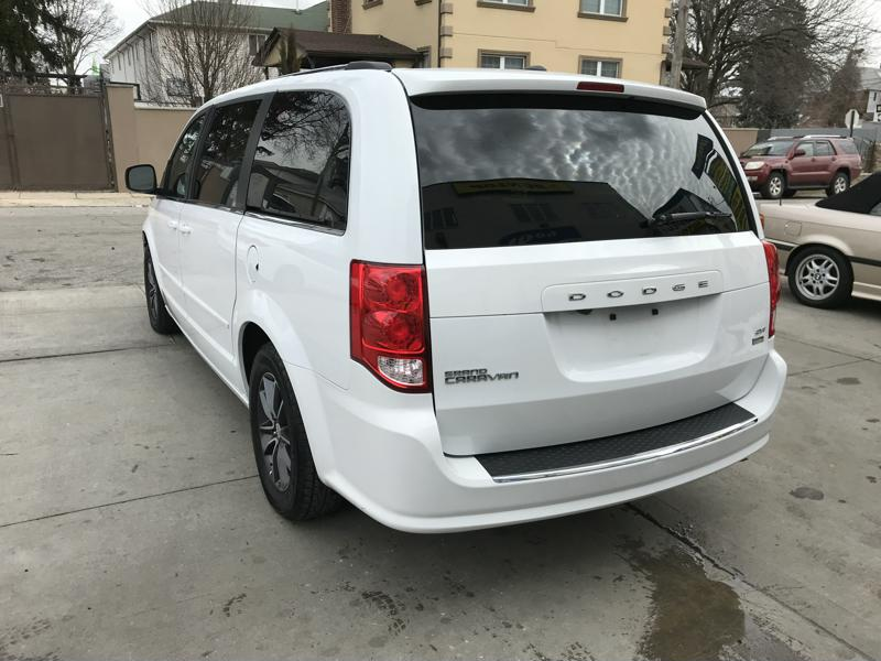 used 2017 dodge grand caravan sxt minivan 17. Black Bedroom Furniture Sets. Home Design Ideas